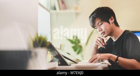 Vista cercana del fotógrafo motivados trabajando en su proyecto en su lugar de trabajo cómodo