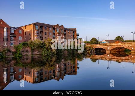 Northampton en el Reino Unido. 23º de julio de 2019. Una cálida y soleada mañana a lo largo de un tramo del río bastante Nene cerca del centro de la ciudad, con reflejos en la calma wa