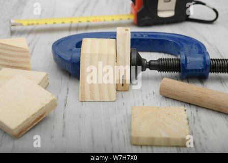 Cerca, detalle, fijar la herramienta pulsando las formas de madera juntos para trabajo de carpintería, trabajo, proyecto, presión, cosas