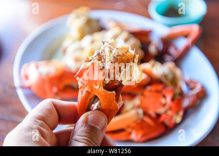 Los cangrejos cocidos al vapor o fresca en la placa sobre la mesa de madera.