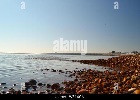 Vista desde la perspectiva de tierra en la playa de Bawdsey, Suffolk, Reino Unido