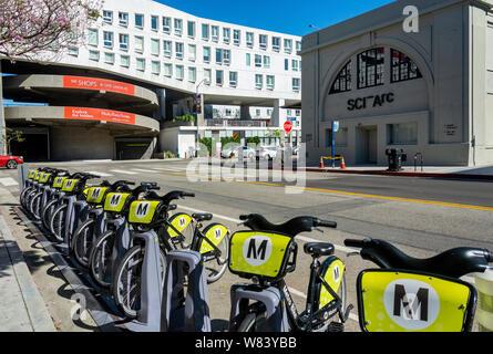 Los Angeles, CA / USA - 12 de abril de 2019: una fila de 10 motos en una bicicleta en la estación de metro Compartir 3ª y Santa Fe, en el Distrito de Artes de Los Ángeles.