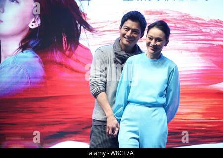 La actriz china Zhou Xun, frontal y su marido, el actor norteamericano Archie Kao sonrisa durante un evento para el estreno de la película micro 'dueño' para promover Escape