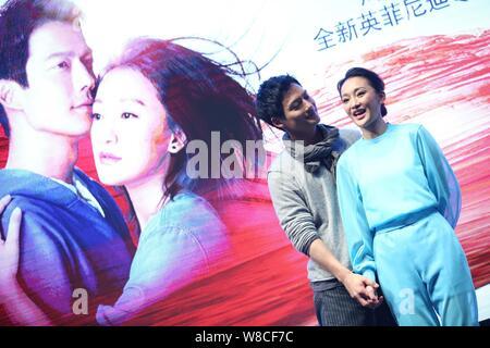 La actriz china Zhou Xun, frontal, habla junto a su marido, el actor norteamericano Archie Kao durante un evento para el estreno de la película micro 'dueño' de escape a pro