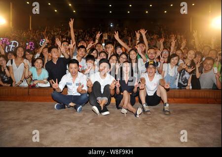 (De izquierda a derecha en la parte delantera) y Yihong Duan actores chino Deng Chao, la actriz Zhou Xun y director Cao Baoping plantean en un evento promocional para la nueva m
