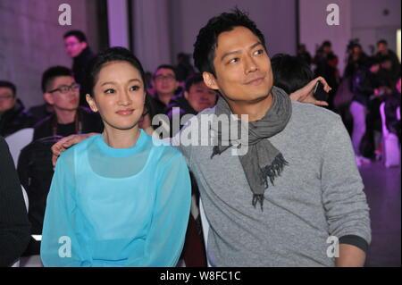 La actriz china Zhou Xun, frontal y su marido, el actor norteamericano Archie Kao, asistir a un evento para el estreno de la película 'Dream micro escapar' para promover Infini