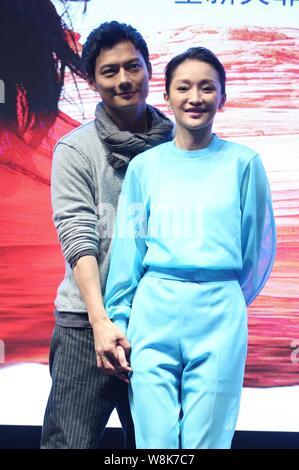 """La actriz china Zhou Xun, frontal y su marido, el actor norteamericano Archie Kao plantean durante un evento para el estreno de la película 'Dream micro Escape"""" para promover la I"""