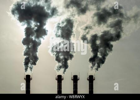 Emisión de vapores tóxicos de los tubos en la atmósfera. La contaminación del aire es un problema ambiental, la contaminación del medio ambiente. Venenosos residuos tóxicos