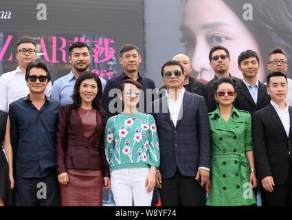 La actriz china Zhou Xun, tercio frontal izquierda, posa con su Mang, segundo delantero izquierdo, editor en jefe de Harpers Bazaar China y otros huéspedes en un laun