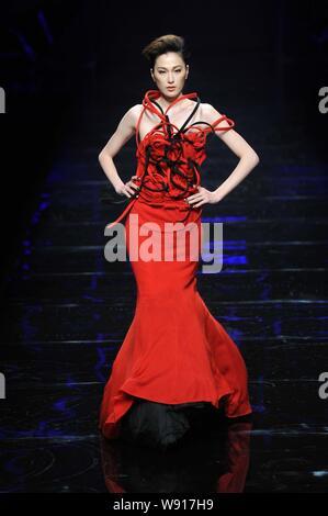 Modelo chino Dai Xiaoyi muestra una nueva creación en el Asahi Kasei China diseñador de moda Creative Awards -- Gioia Pan obras muestran durante la China Fa