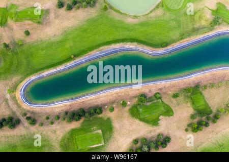 Vista aérea del campo de golf. Zumbido o la vista de pájaro de campo verde bunker de arena y agua peligro