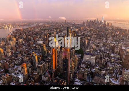 La Ciudad de Nueva York con rascacielos de Manhattan al atardecer tormentoso, EE.UU.. Foto de stock