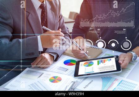 Dos hombres de negocios están profundamente revisar informes financieros para un retorno de la inversión o el análisis de riesgo de inversión y el rendimiento empresarial.