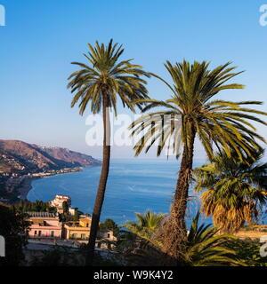 Letojanni Playa, Mazzeo Playa y el Mar Jónico, Taormina, en la costa oriental de la isla de Sicilia, Italia, el Mediterráneo, Europa Foto de stock