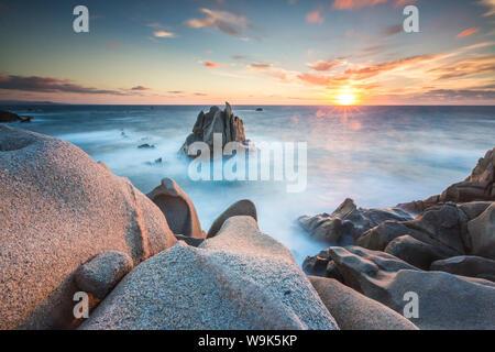 La luz del atardecer sobre el mar azul enmarcada por acantilados, Capo Testa, Santa Teresa di Gallura, en la provincia de Sassari, Cerdeña, Italia, Mediterráneo, Europa