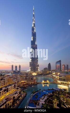 El Burj Khalifa, terminado en 2010, la más alta estructura hecha por el hombre en el mundo, Dubai, Emiratos Árabes Unidos, Oriente Medio Foto de stock