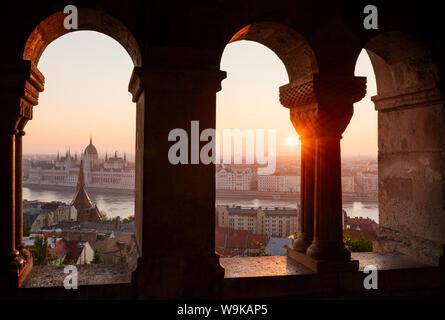 Vista desde el Bastión de los pescadores sobre el río Danubio y el edificio del parlamento húngaro al amanecer, Budapest, Hungría, Europa
