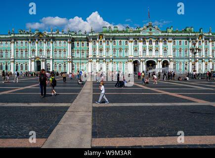 San Petersburgo, Rusia -- El 21 de julio de 2019. Foto de gente que camina alrededor de la plaza del Palacio de Invierno en San Petersburgo, Rusia.