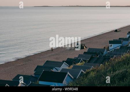 Milford en mar, UK - Julio 13, 2019: la gente de camping y pesca en una playa por las cabañas en Milford en mar, un tradicional pueblo inglés famoso por brea Foto de stock
