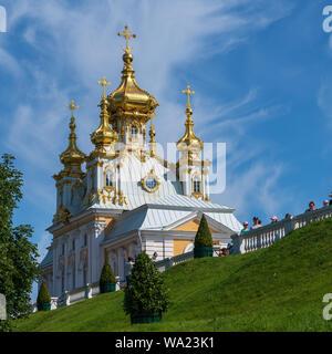 Peterhof, Rusia - el 21 de julio de 2019. Una foto de la cúpula de oro vivienda adyacente al Palacio de Verano en Peterhof.
