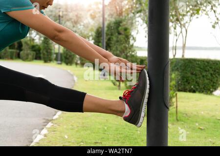 Deporte mujer está estirando el músculo antes de entrenar