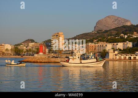La pesca de arrastre a su regreso a puerto temprano en la mañana después de una noche en el mar. Hora dorada.