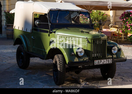 GAZ 69 con tracción en las cuatro ruedas de camiones ligeros producidos en la Unión Soviética en los años 1950, 1960 exhiben en Sopron, Hungría