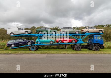 Una selección de coches a partir de la década de los 70's y 80's en un camión Leyland 300 Alquiler de Transporter. Este vehículo está en exhibición en el Museo de Bus Vintage Escocés