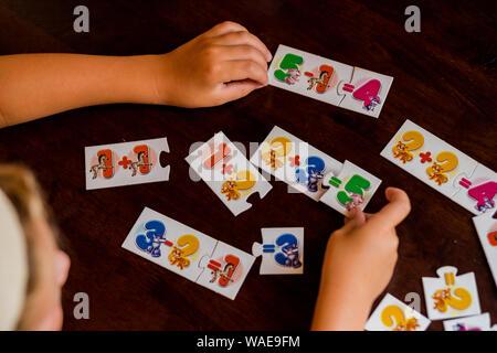 Los niños están jugando. Juegos educativos. Un niño en el kindergarten. Las manos de un niño. Las matemáticas. Tarjetas para el desarrollo.