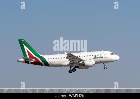 Munich, Alemania - 31 de marzo. 2019: Airbus A319-112 Alitalia con la aeronave matrícula EI-IMD en el enfoque hacia el sur de la pista 08R del Mu