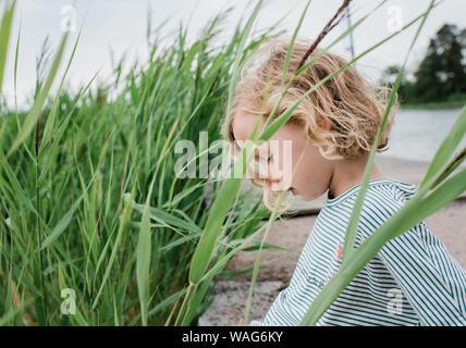 Retrato de una joven que se sentó en el pasto en la playa de vacaciones