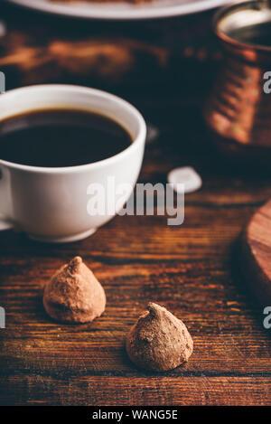 Trufas de chocolate caseras recubierto con café negro