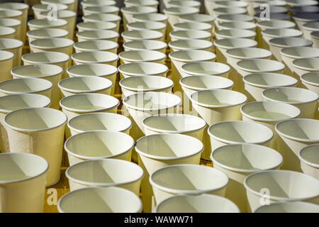 Largas filas de blanco tazas con agua en perspectiva patrón Foto de stock