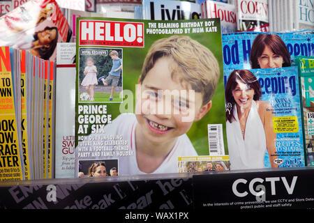 Prince George a seis en su cumpleaños y madre Kate Duquesa de Cambridge en la portada de ¡Hola! Revista de quiosco estantería London UK 2019