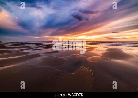 Hermoso atardecer en la playa dorada.