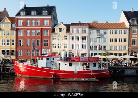 Dinamarca - Copenhague Nyhavn y coloridos edificios y barco en el sol de verano en agosto, Nyhavn Waterfront, Copenhague Dinamarca Escandinavia Europa