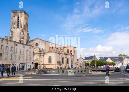 La Rochelle, Francia - Mayo 08, 2019: St Sauveur Iglesia en el puerto de La Rochelle en la región de Poitou-Charentes Francia