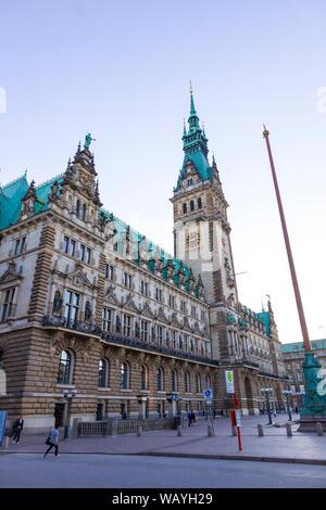 Hamburgo, Alemania - 25 de junio de 2014: Hamburgo el Ayuntamiento en la plaza del mercado (Rathausmarkt). Es la sede del gobierno local de la Ciudad Libre y Hanseática de