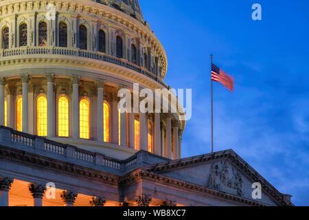 Nosotros en la noche en el Edificio del Capitolio de Washington DC, EE.UU.