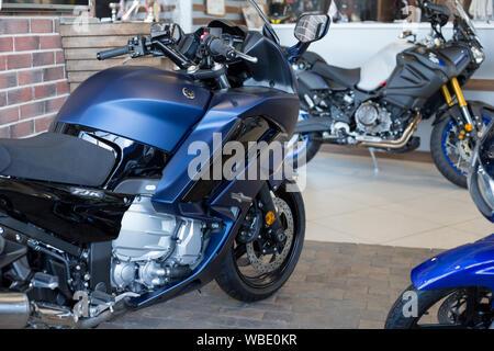 Rusia, Izhevsk - Agosto 23, 2019: motocicleta Yamaha shop. Nuevas motos en moto moderna tienda. La famosa marca mundial.