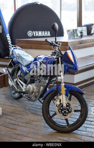 Rusia, Izhevsk - Agosto 23, 2019: motocicleta Yamaha shop. Nueva moto YBR125 en moto moderna tienda. La famosa marca mundial.