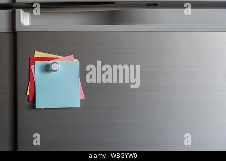 Close-up de coloridas notas adhesivas en la pared en la oficina