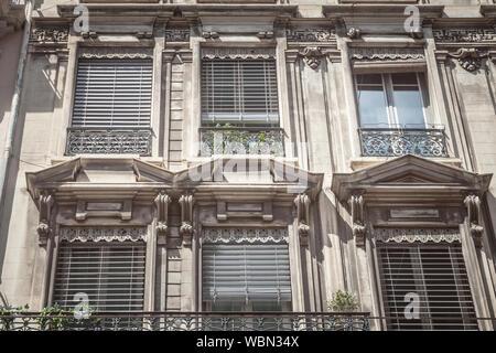 Típico estilo Haussmann, fachadas, desde el siglo xix, tradicional en los centros urbanos de las ciudades francesas como París y Lyon, con sus traditiona