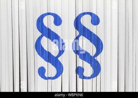 Párrafo alemán icono en pared blanca