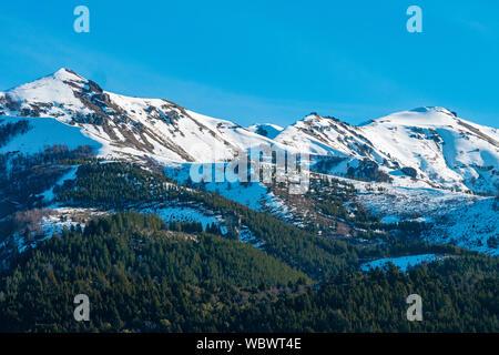 Villa Meliquina, provincia de Neuquén, Patagonia. Bosques, montañas nevadas y cielo azul puro ofrecen paisajes de ensueño en el sur de Argentina.