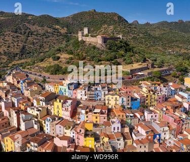 Castillo en la ciudad medieval de Bosa, Cerdeña, Italia. Características coloridas casas en la ladera de la colina del castillo.