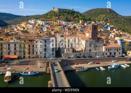 Coloridas casas de ladera de la ciudad medieval de Bosa, Cerdeña, Italia. Mediterráneo hermoso casco antiguo con el castillo en la colina. En abajo, puente sobre Temo r