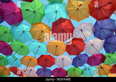 Coloridas sombrillas o paraguas colgando sobre el lugar, François VILLON, por artista Patricia Cunha paraguas Sky Project instalación de arte, Aix-en-Provence