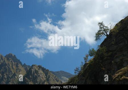 Sección de altas montañas rocosas contra el cielo azul