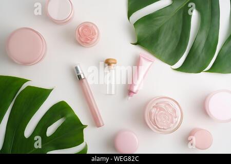 Un alto ángulo de visualización de productos de belleza y deja sobre la mesa